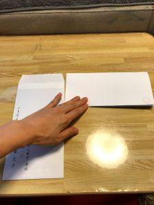 便箋の上側を折り込み、三つ折りが完成している状態