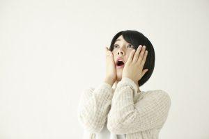 ショックを受ける女性の絵