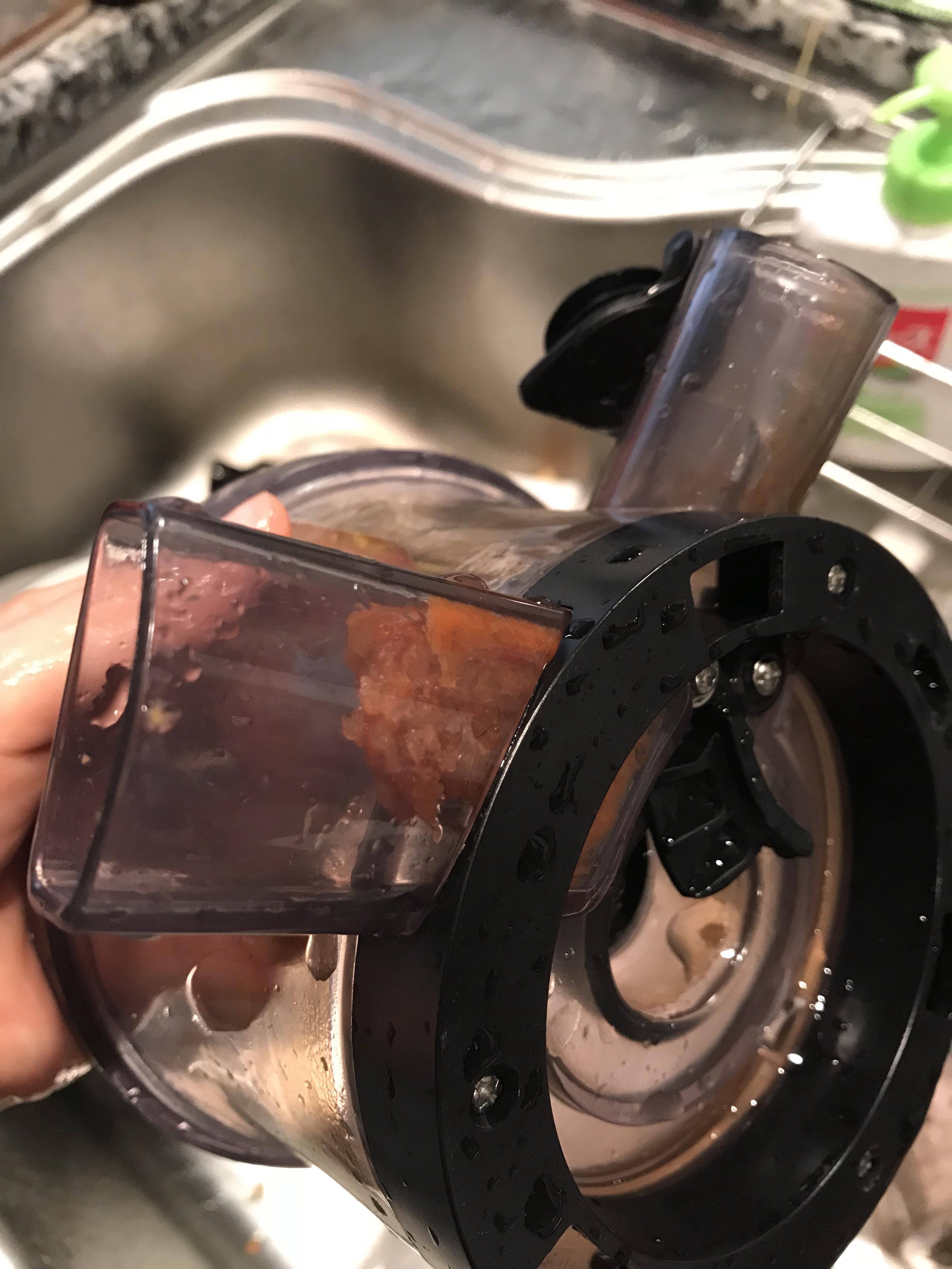 搾りかす排出口(くちばしみたいな部分ですね)の根本ににんじんカスが溜まっている写真