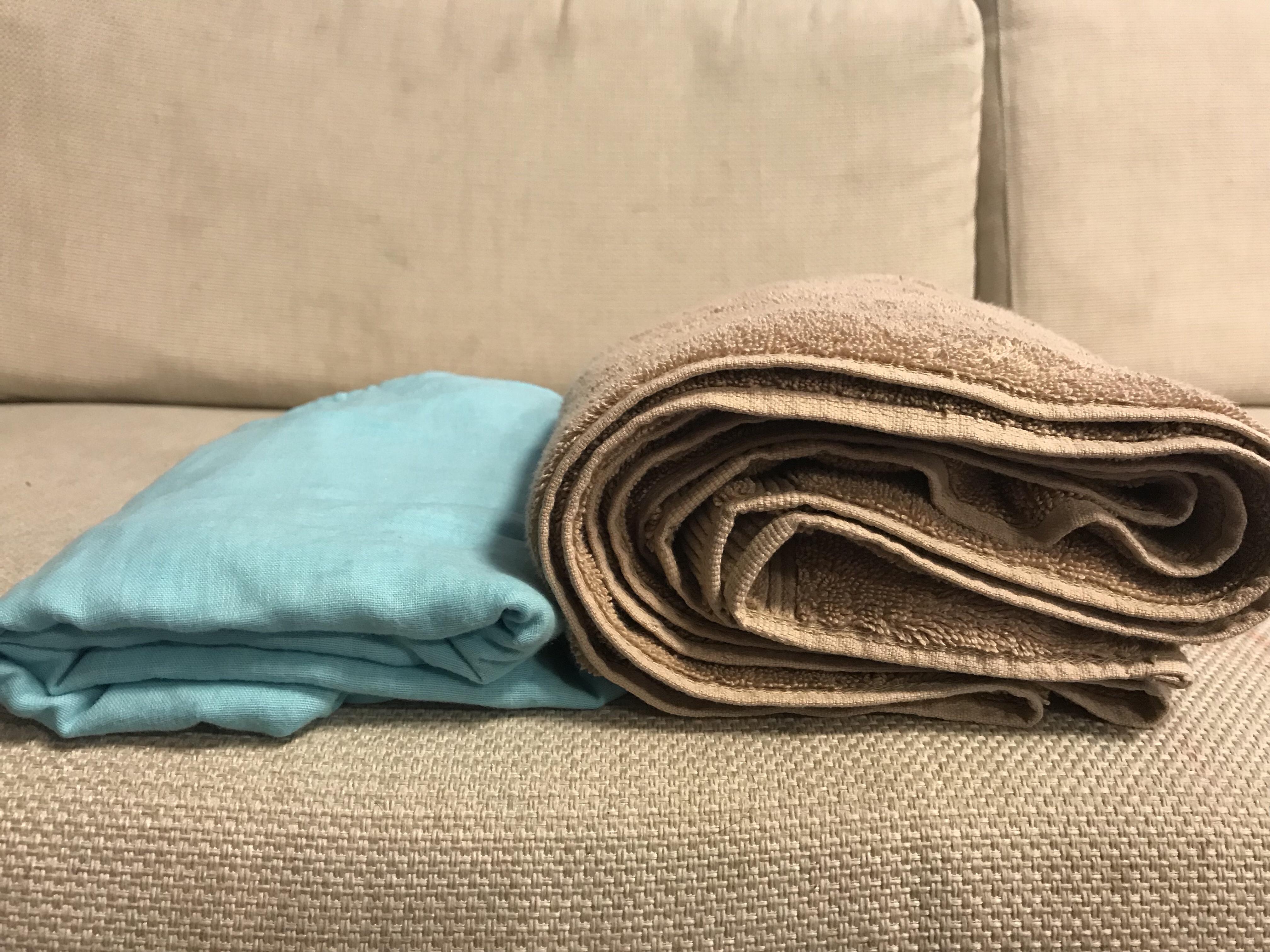 ガーゼのバスタオルは普通のバスタオルの約半分くらいの薄さになっている図