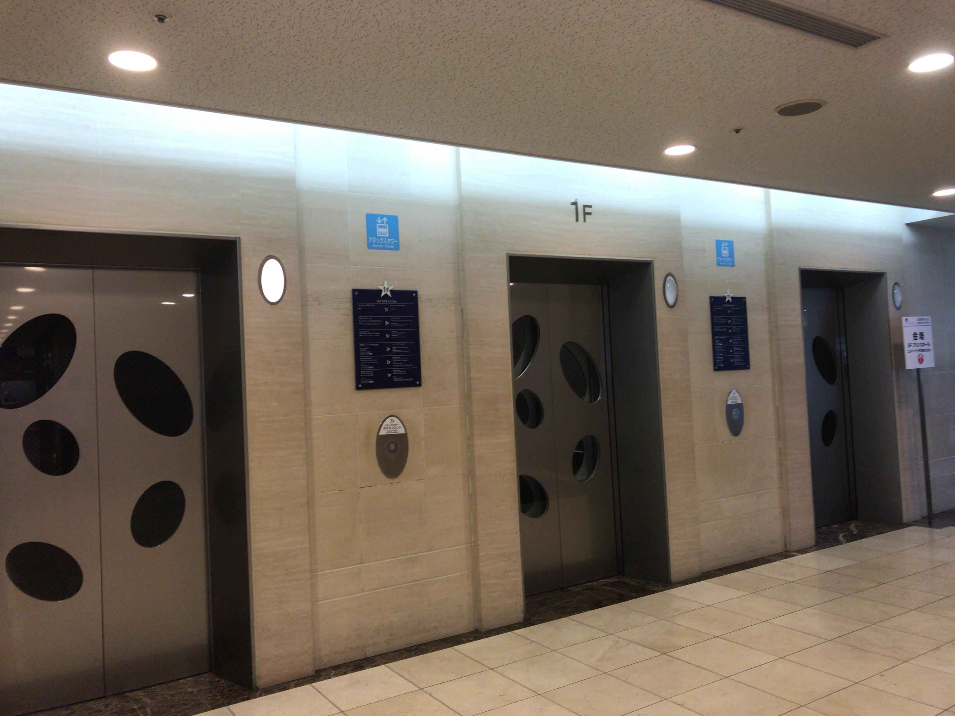 3基あるので、割とすぐ来てくれます。エレベーターの場所は一か所なので、アネックスタワーに入ったら、表示に従ってエレベーターを目指せばOKです。なお、徒歩の方は、エスカレーターがあるので、エスカレーターで3Fまで上がって下さい。