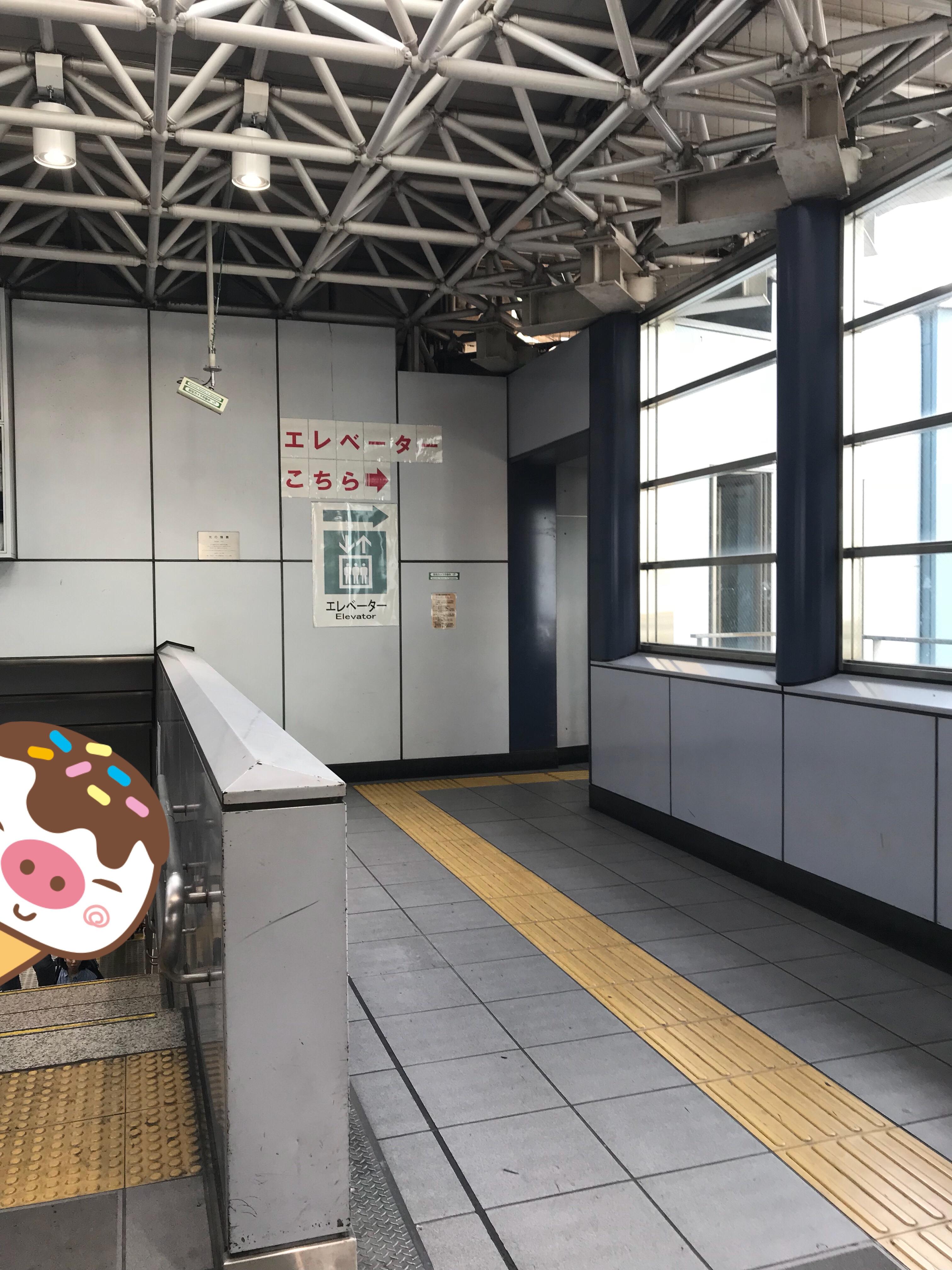 このように張り紙もあるので分かりやすいです。駅の規模の割に小規模なので、時間帯によっては少し待ちます。