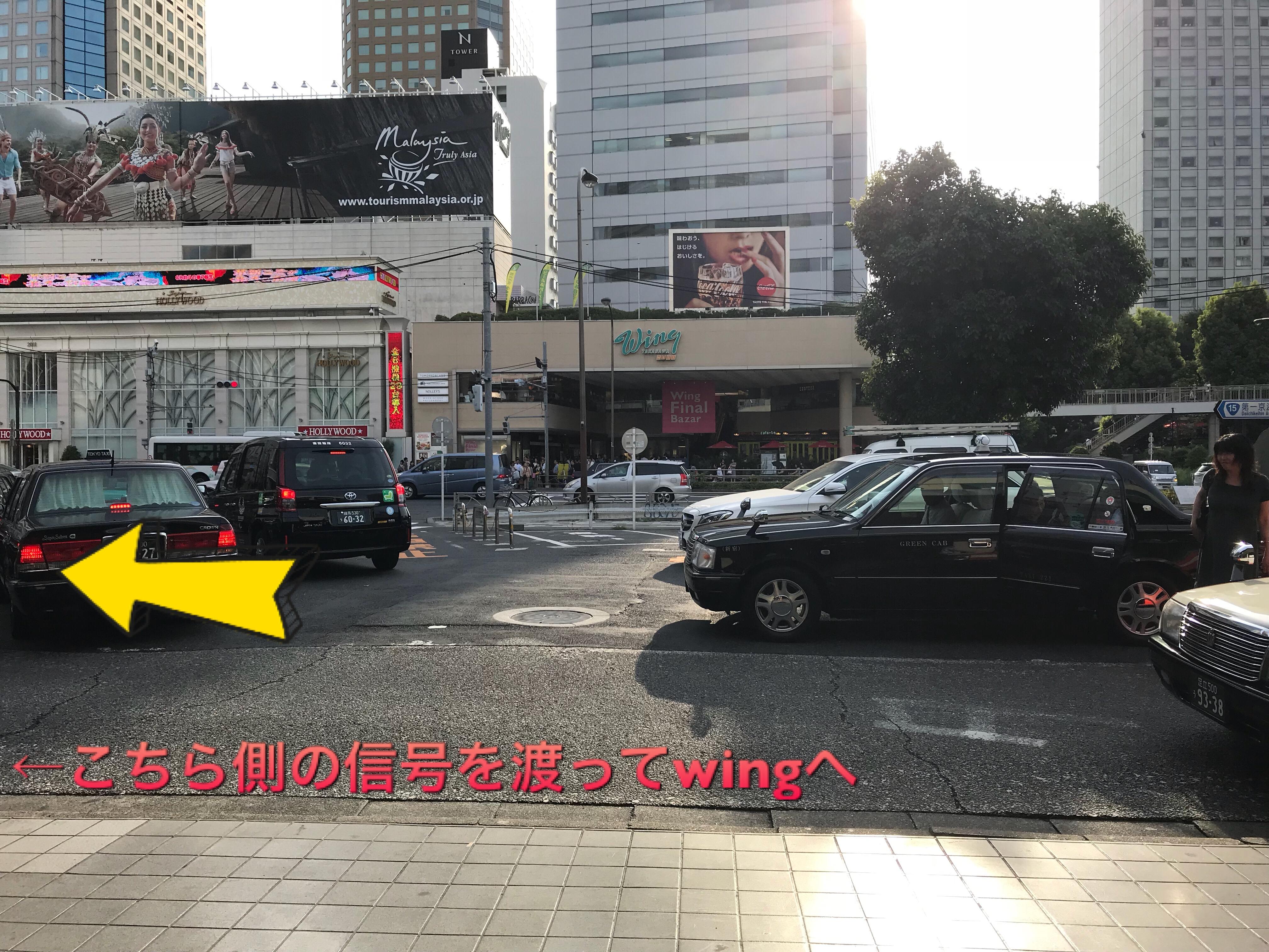 写真中央前方に見えている緑色の文字の建物が、Wingです。