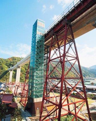 ガラス張りのエレベーター(クリスタルタワー)で旧余部鉄橋まで登る写真
