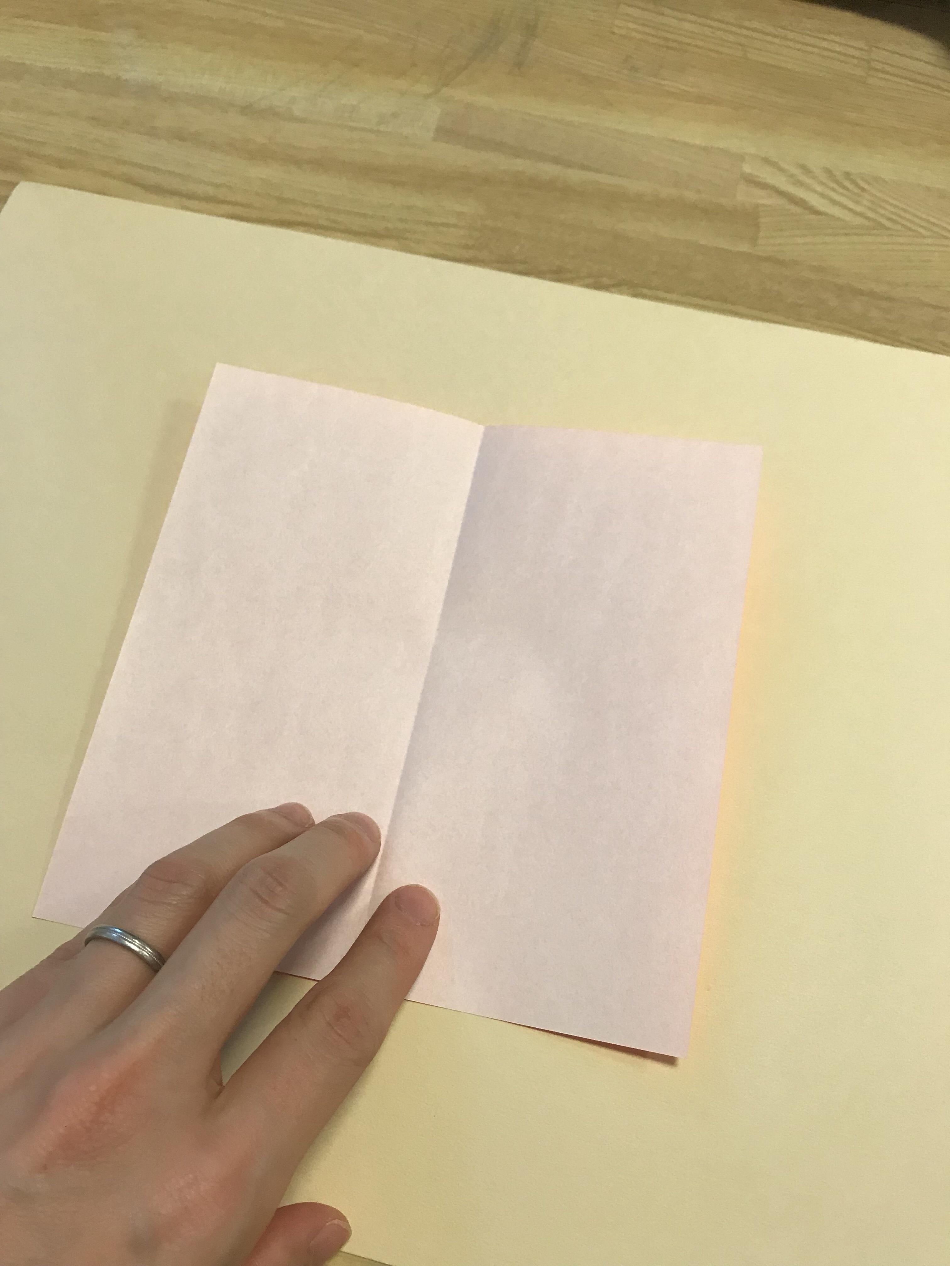 折り紙の中心に折り線がついている図。
