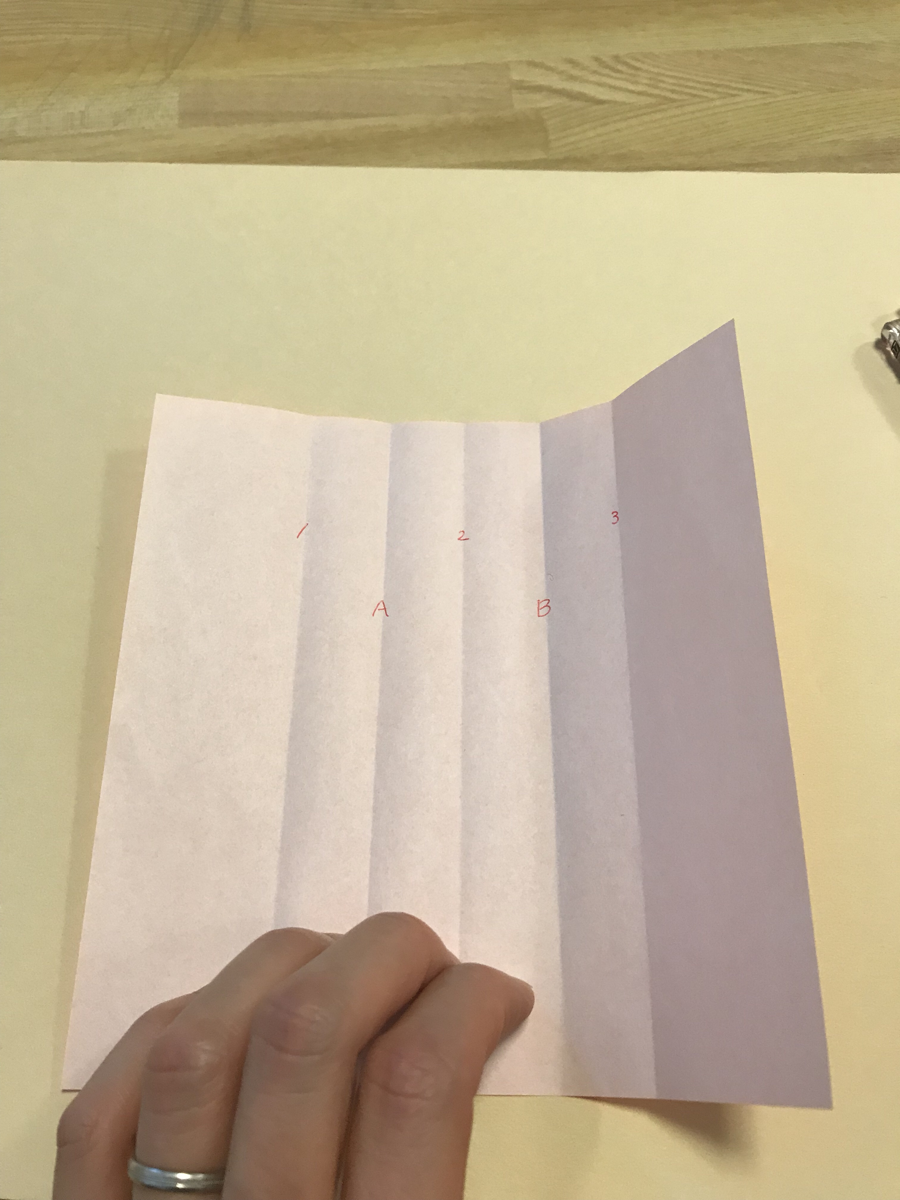 新しくできた折り線にA,Bと記入されている図。