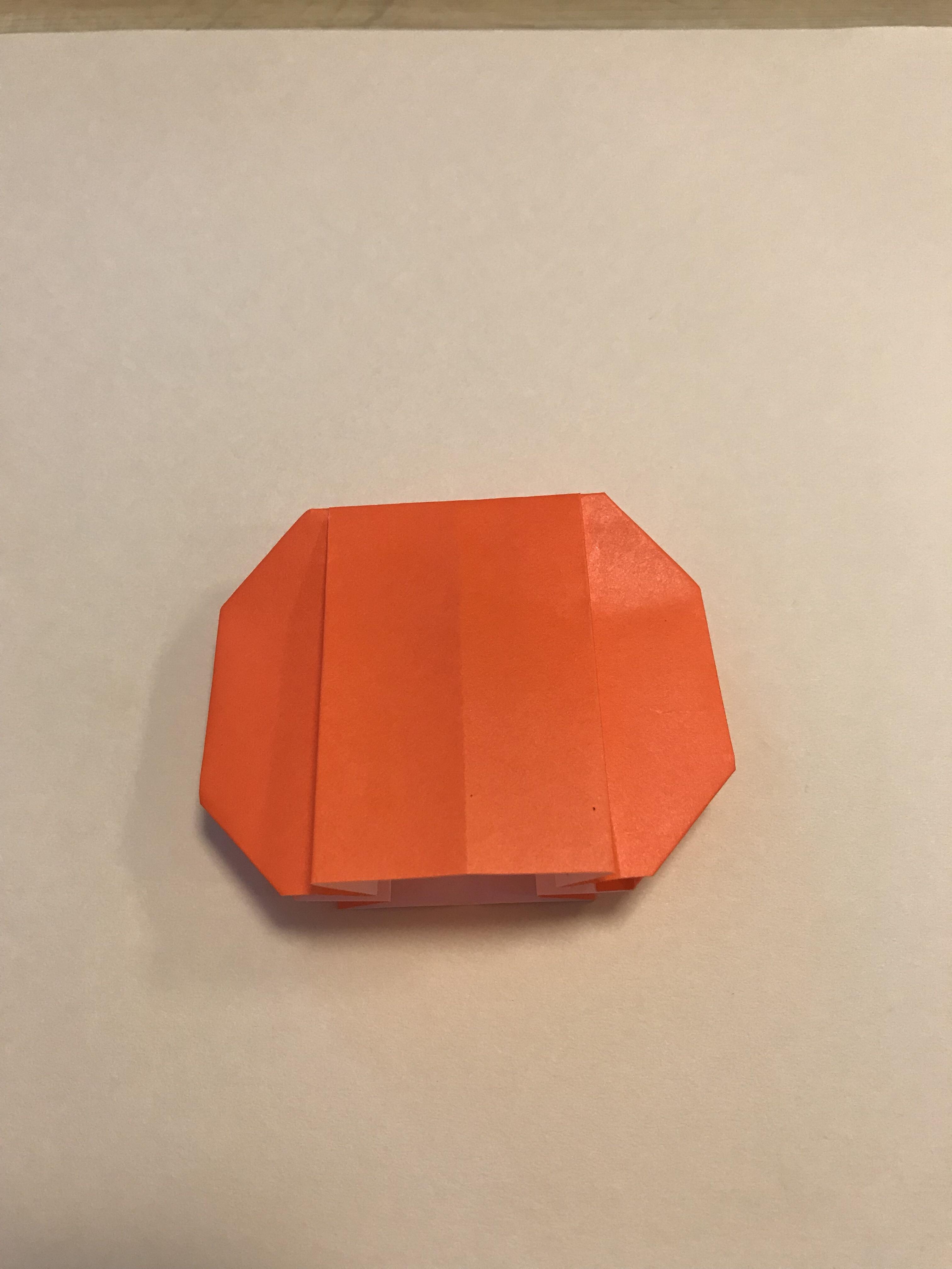 四隅を折り込んで、かぼちゃの形が完成した図。
