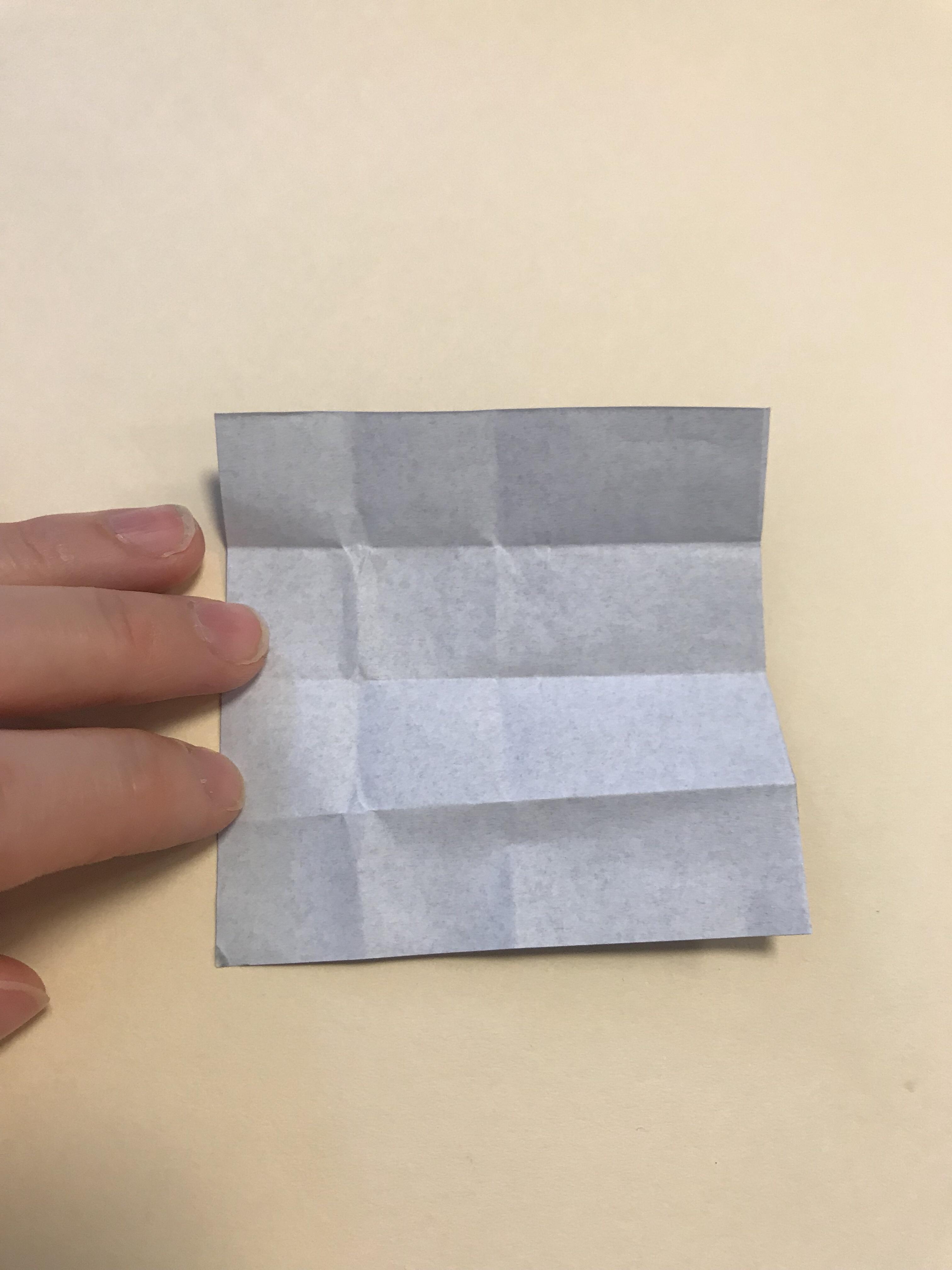 折り線のついた黒い折り紙。