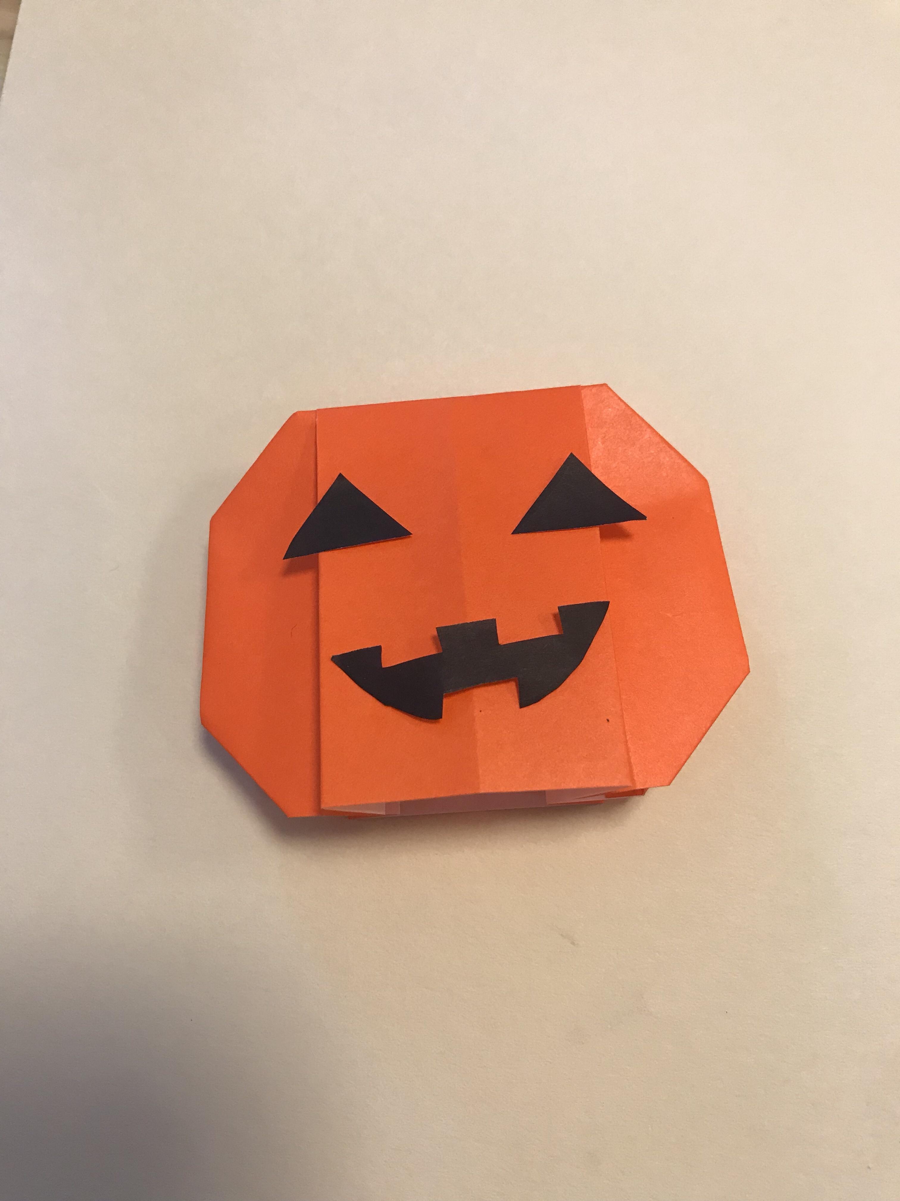 かぼちゃに目と口を付けた図。