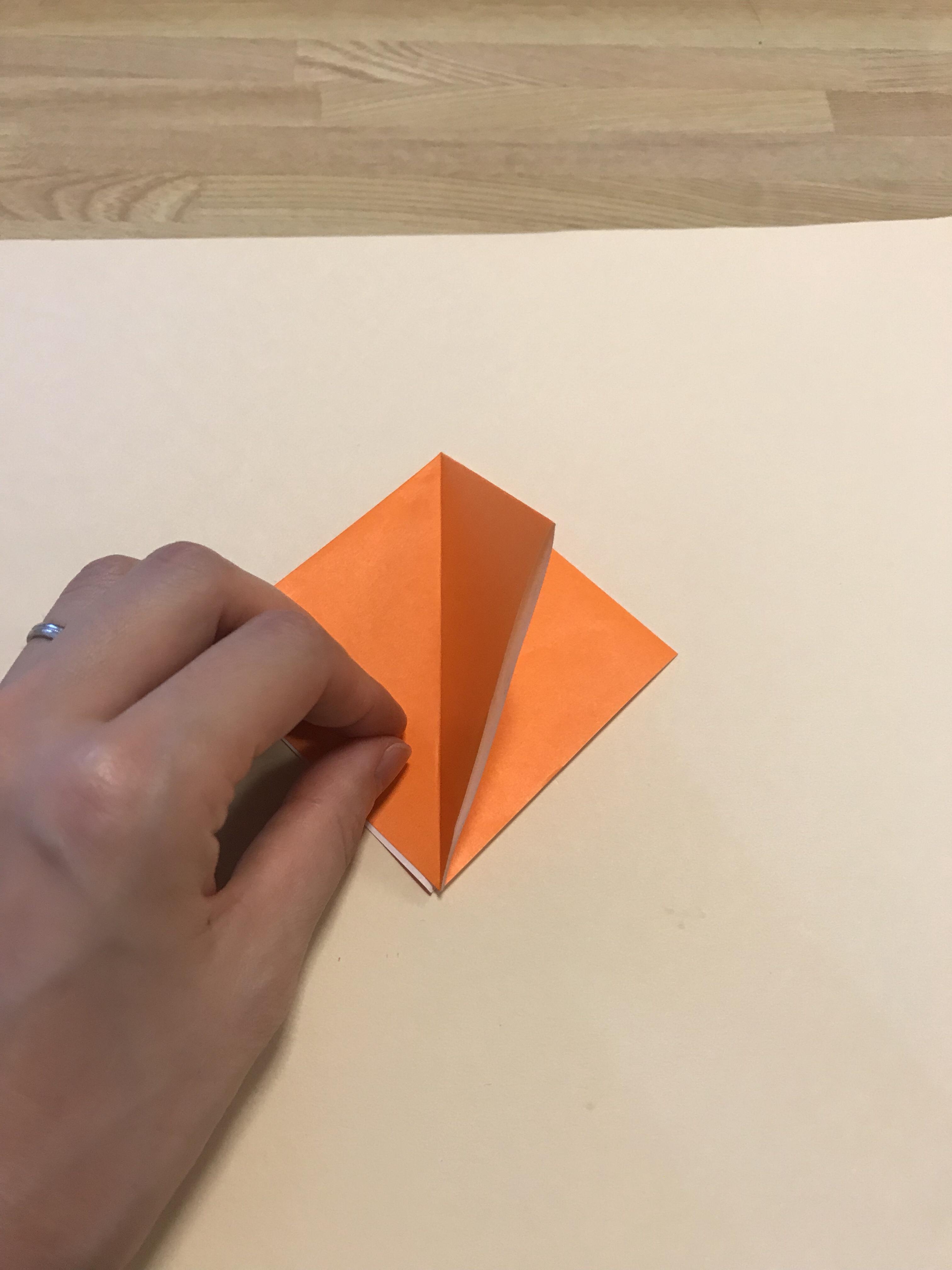 四角の右端をめくっている図