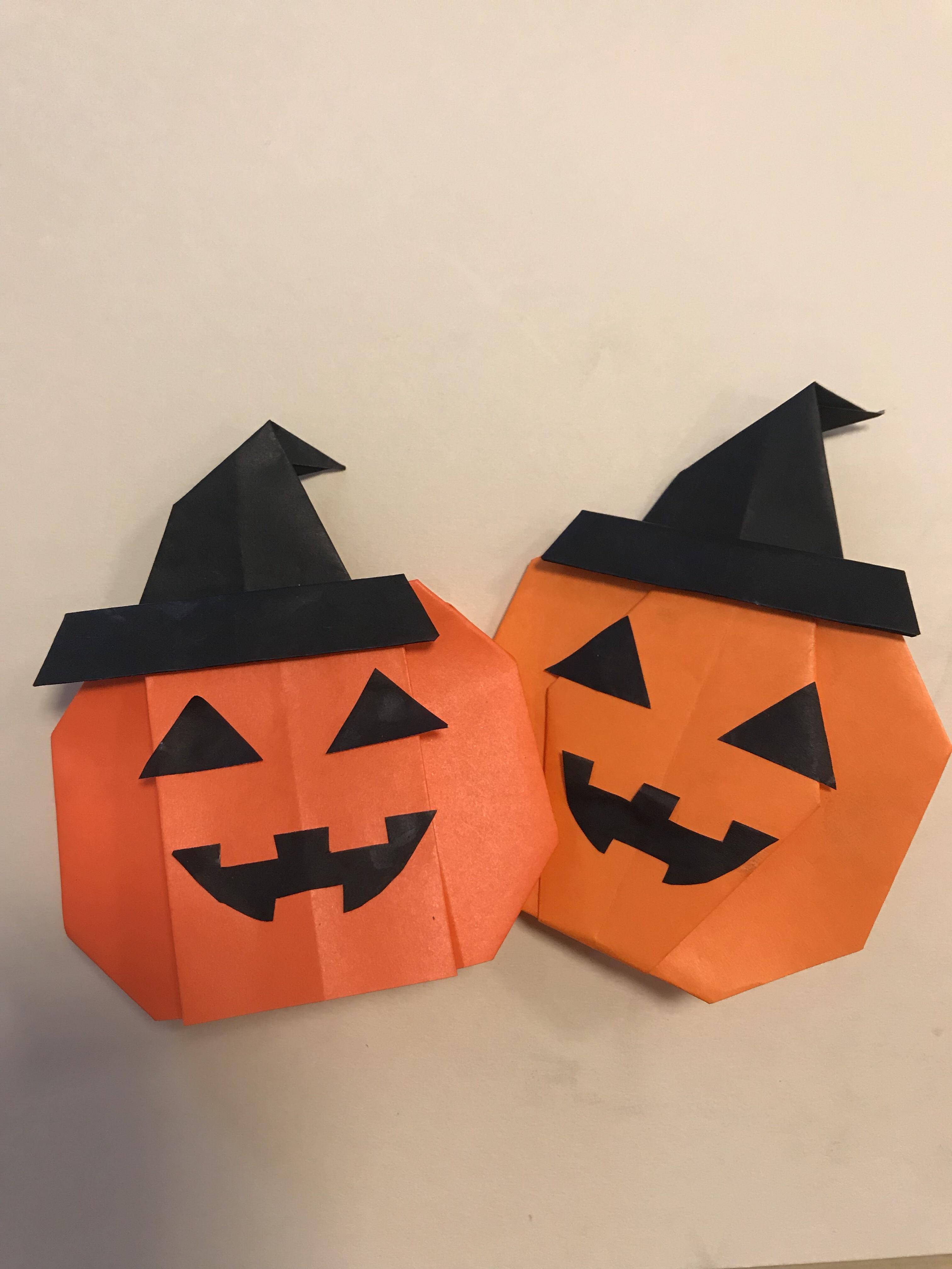 かぼちゃに魔女の帽子をかぶせた写真。