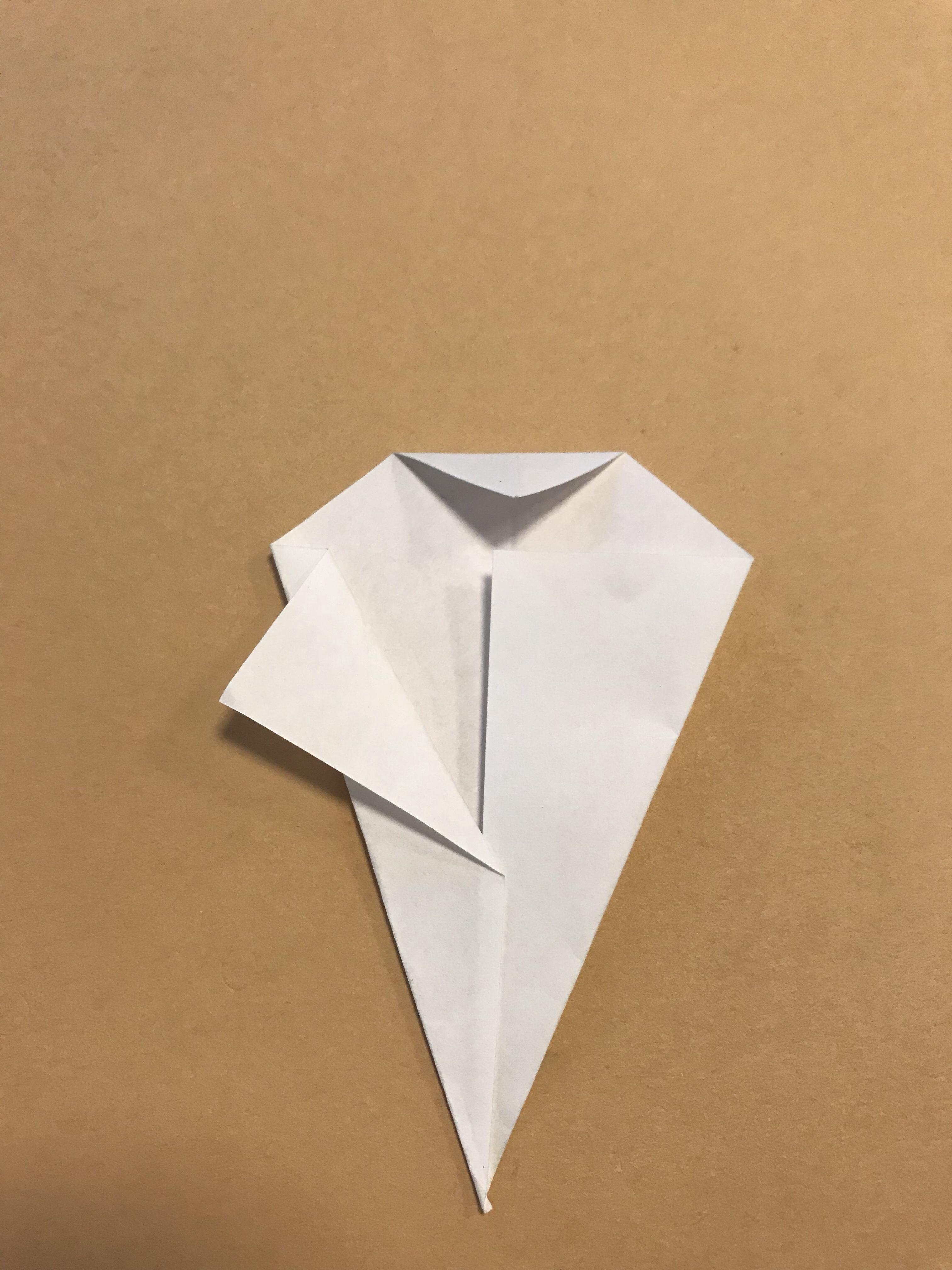 外側に向かって、片側の折り紙を折り返している写真