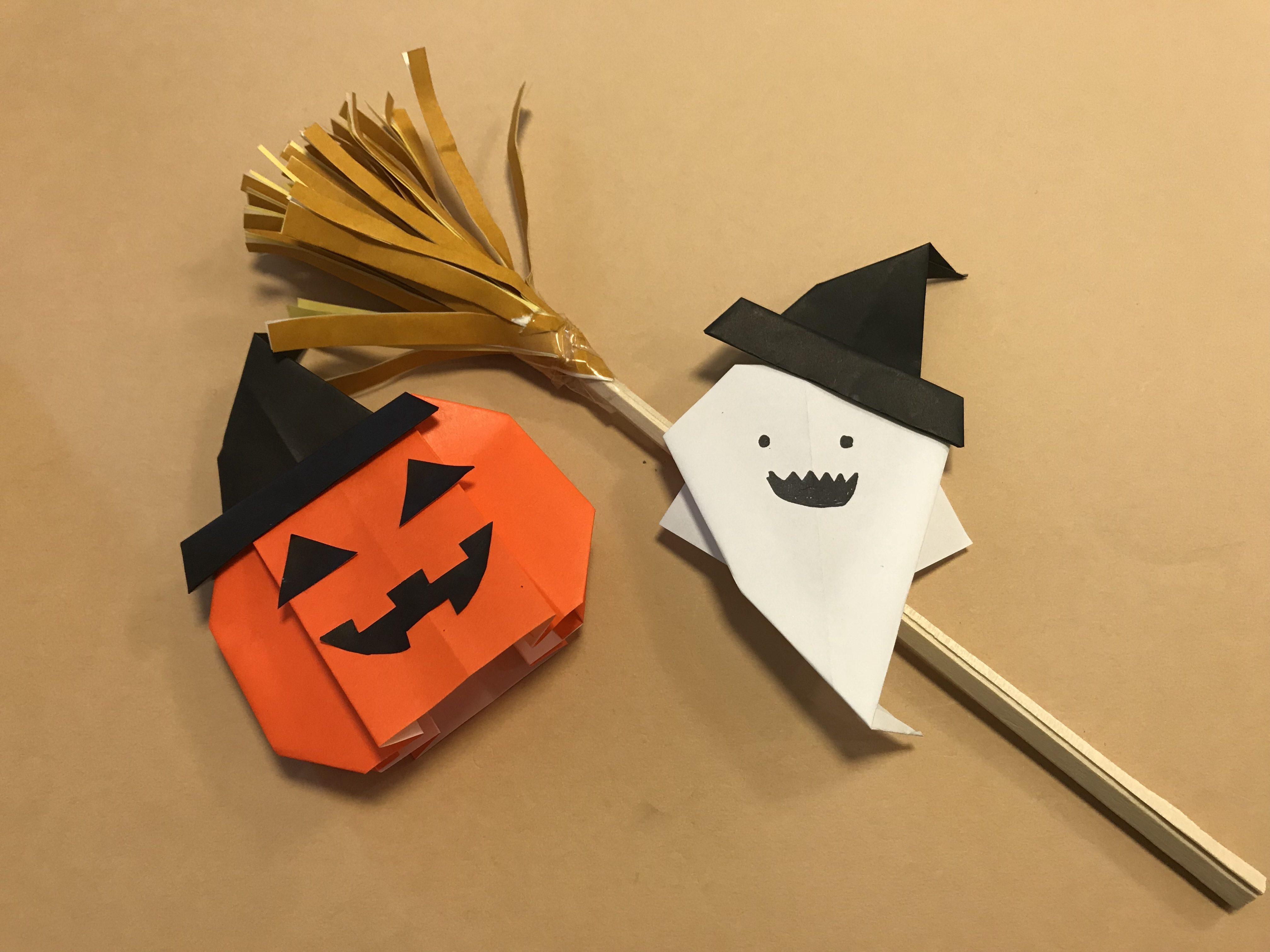 帽子を被ったかぼちゃとおばけとほうき