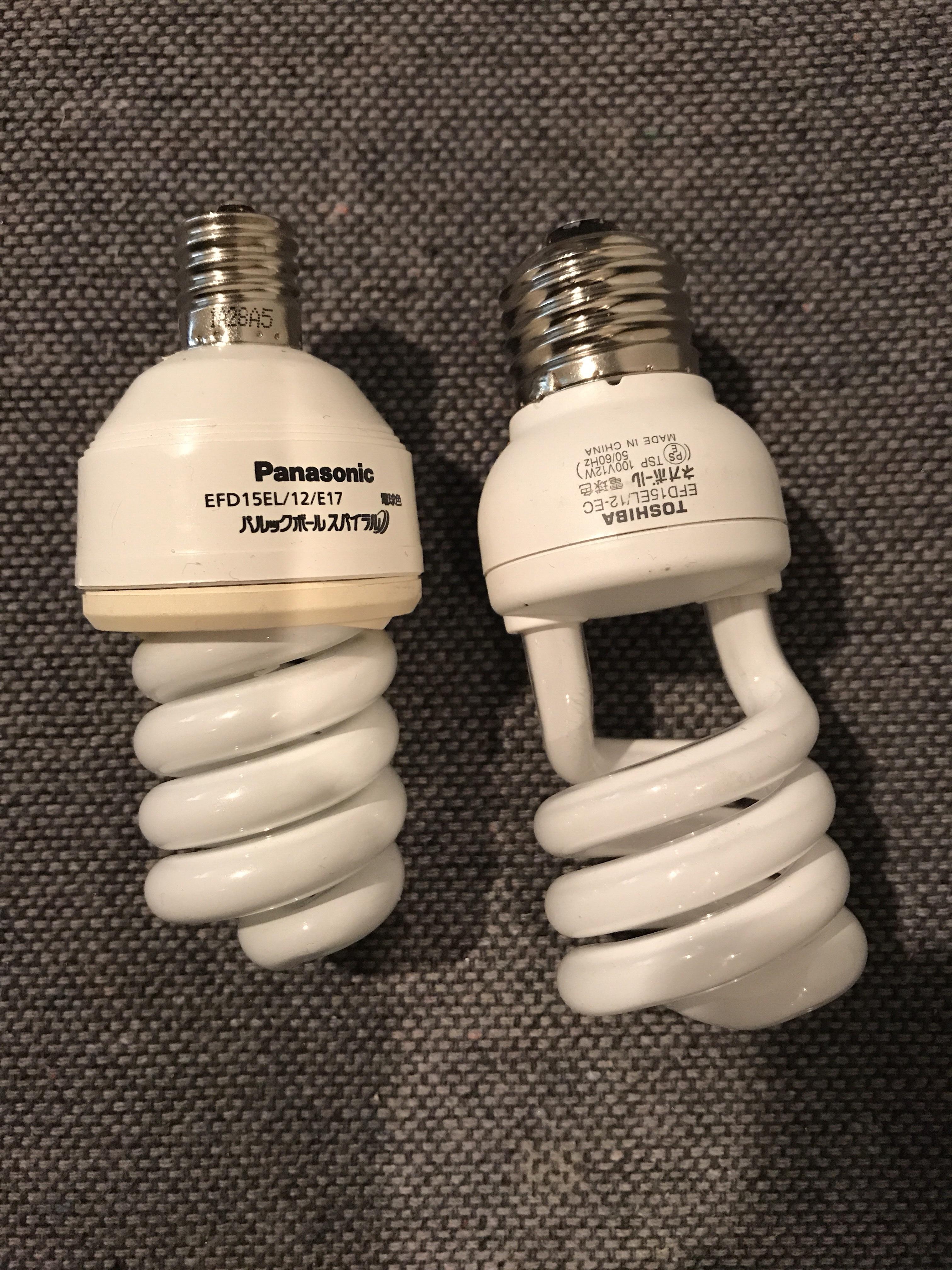 左側が元々ついていた電球、右側が購入したもの。銀色の口金の部分の太さが全然違いますね…という写真