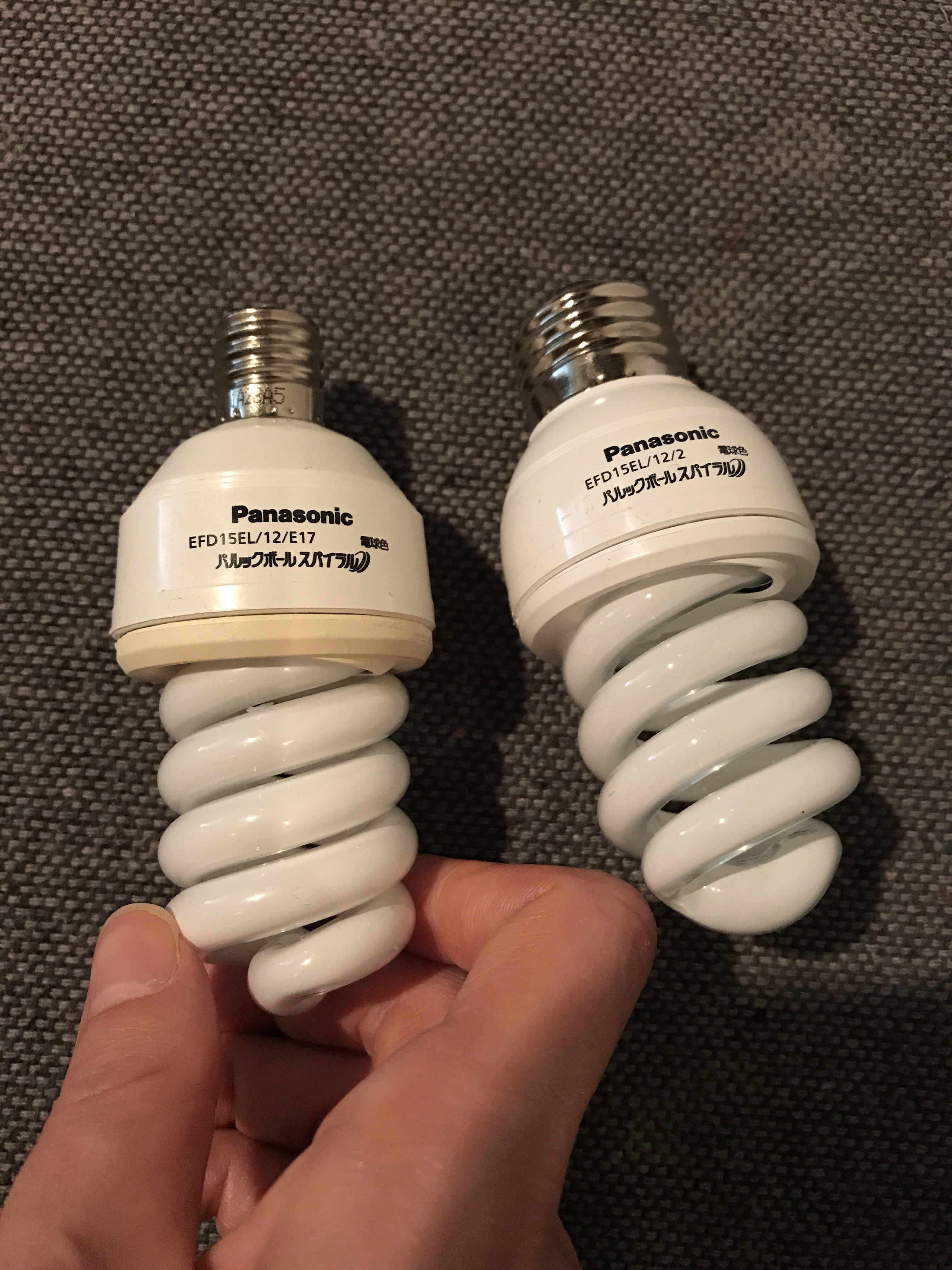 左が元からついていた電球。右側が購入したもの。やっぱり口金太い…という写真