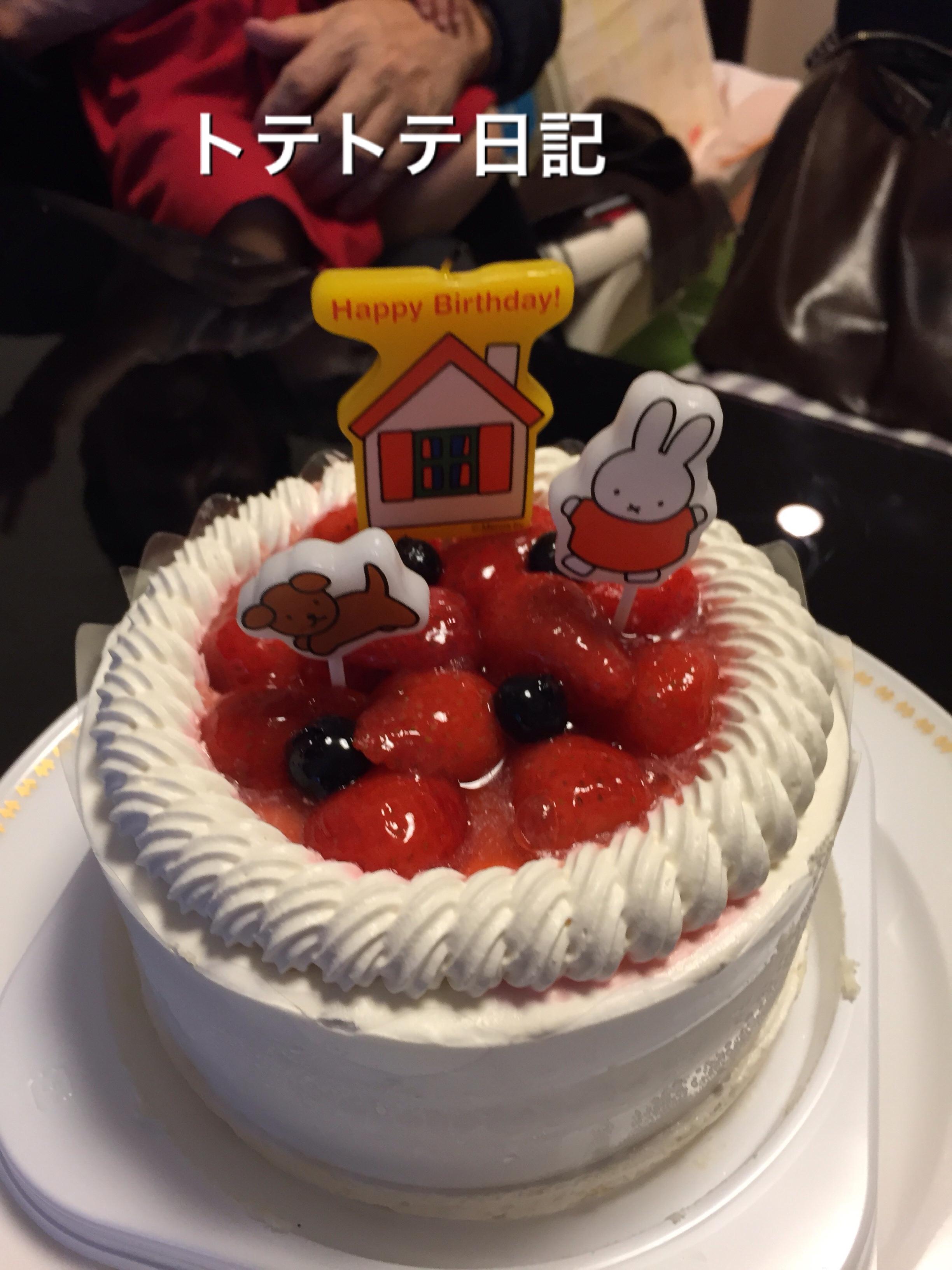 2回目のバースデー時はミッフィーちゃんのキャンドルで。飾り付け映えするケーキ。という写真