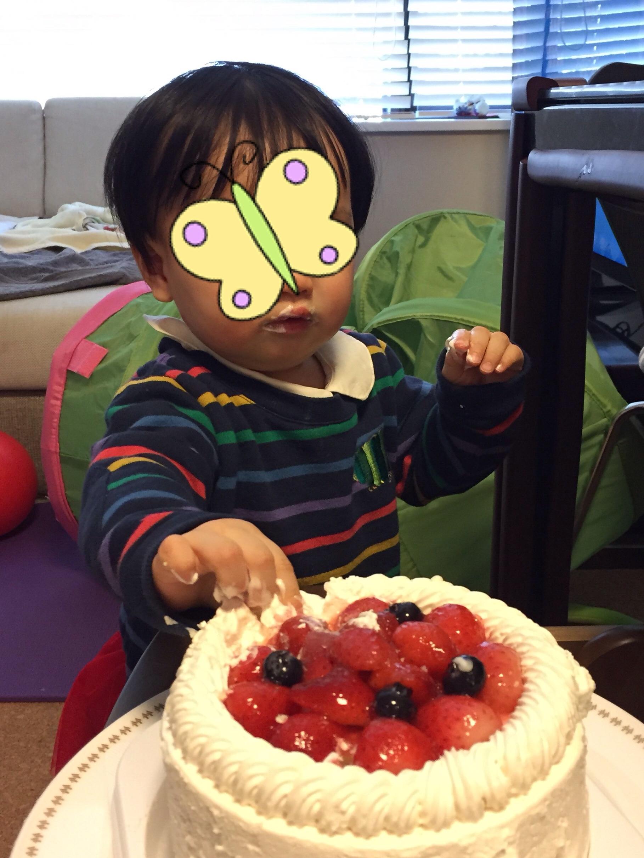 興味深そうにケーキに手を伸ばす娘。これがケーキというものなのか!とでも言いたげな様子。普通の子と同じようにケーキを食べられる日など来るのだろうか…と思っていたので、親はこれだけで感激でしたという写真